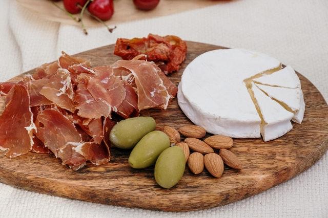 tagliere con salumi olive e formaggi